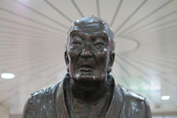 32_長岡駅の良寛さん(頭に虫が止まっています)