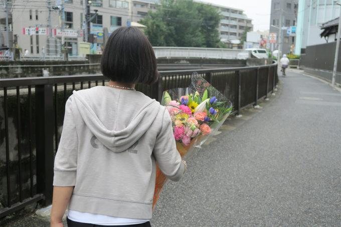 11_花束を抱えて帰ります