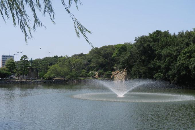 20_出しきったかな?明石公園のお堀の噴水