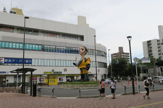 05_南茨木市駅前には大きな人形が!