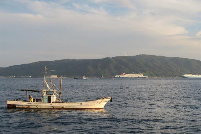 57_大きな客船と淡路島