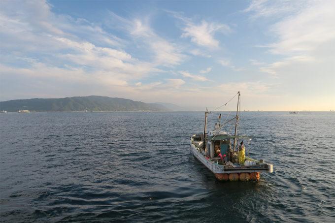56_漁船と淡路島