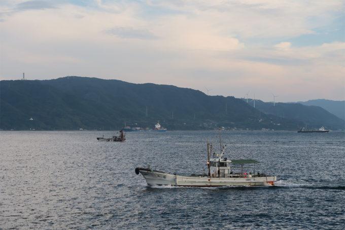 50_淡路島の風力発電所と漁船