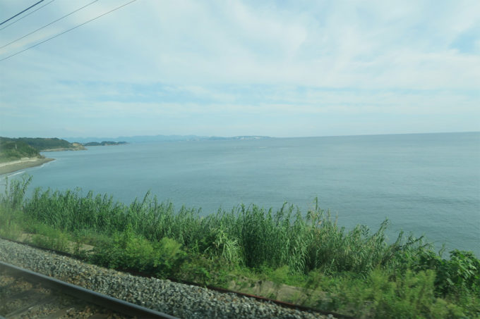 23_車窓から海が見える