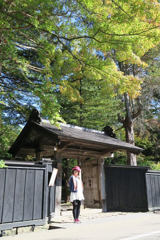 25_角館・石黒家の門前にて