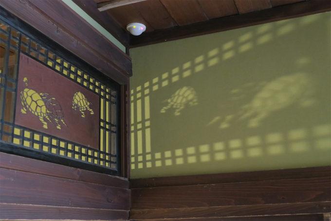21_亀の透かし彫りがある欄間