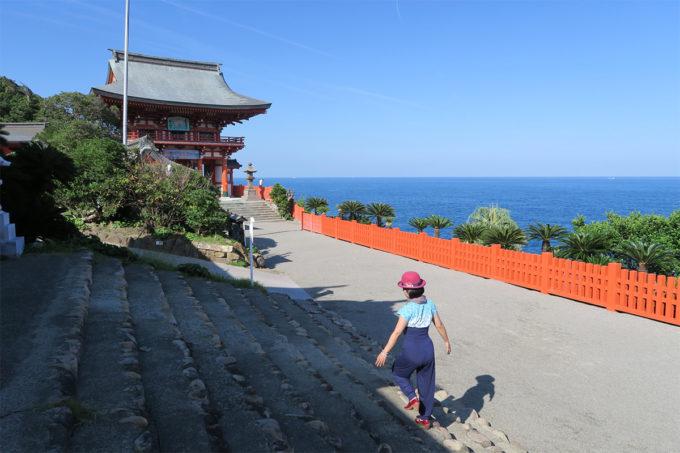 61_海の青と神社の朱色がキレイ