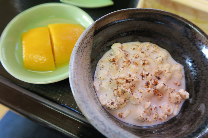 04_麦のポン菓子にミルクをかけて。あとマンゴーも。