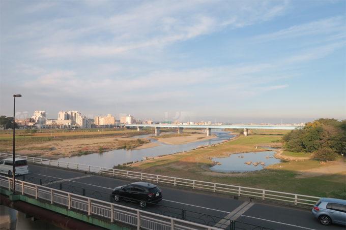 01_早朝の田園都市線、多摩川を眺む