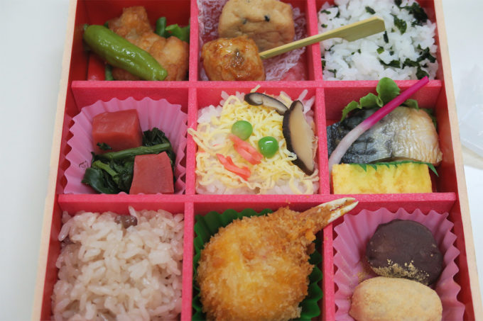 15_お弁当(顔に見える)