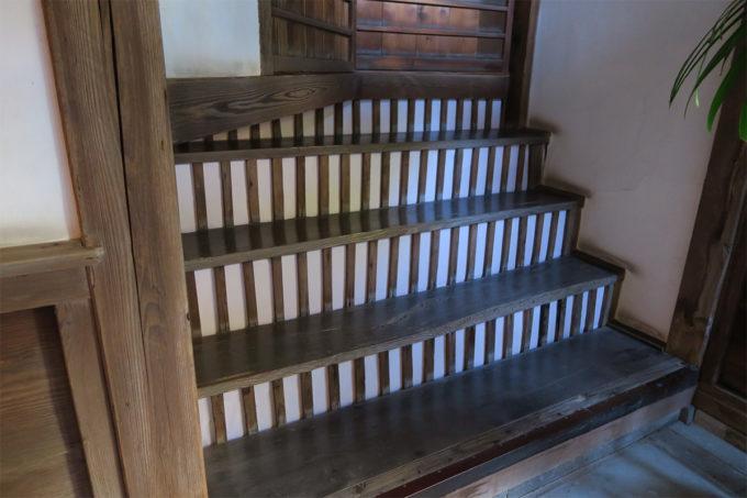 13_この階段を登ると足をブサリ