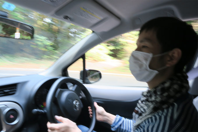 03_山を車で降りていく