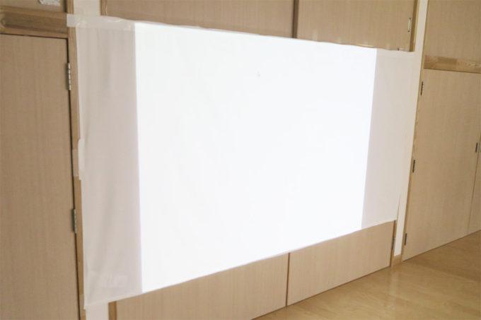 05_壁にシーツを貼って絵を投影