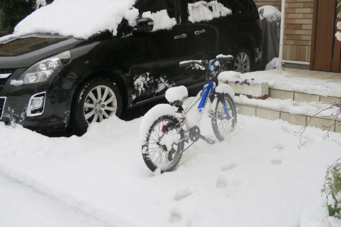 02_近所の自転車も雪に埋もれる