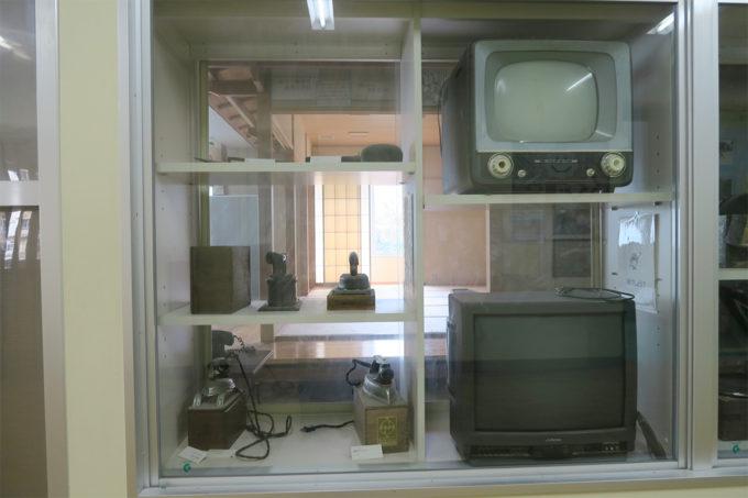 07_古いアイロンやテレビが並んでいました