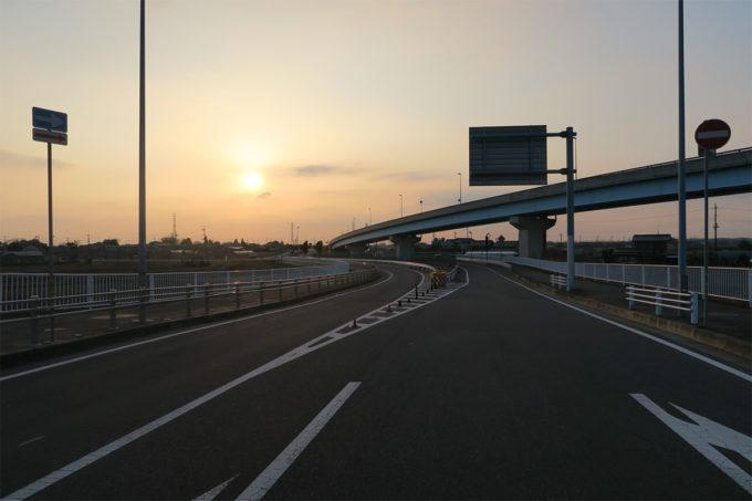 夕日と高速道路