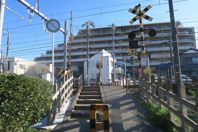 京成線の踏切を渡って