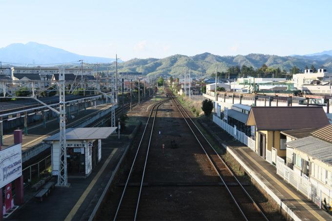 ローカル線と山々