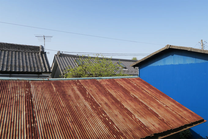 トタン屋根と瓦屋根のコラボレーション