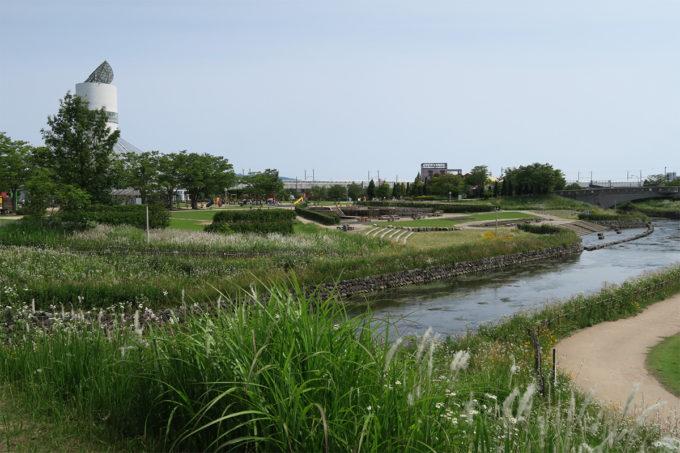 川も流れる公園