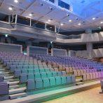 虹色に輝く会場の座席