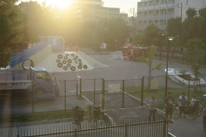 向かいの公園には消防車や船が