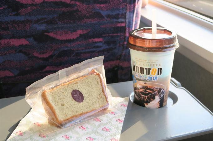 いただいたお菓子を食べながらの新幹線