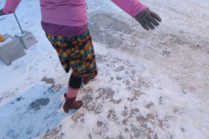 10_恐る恐る雪道を歩く
