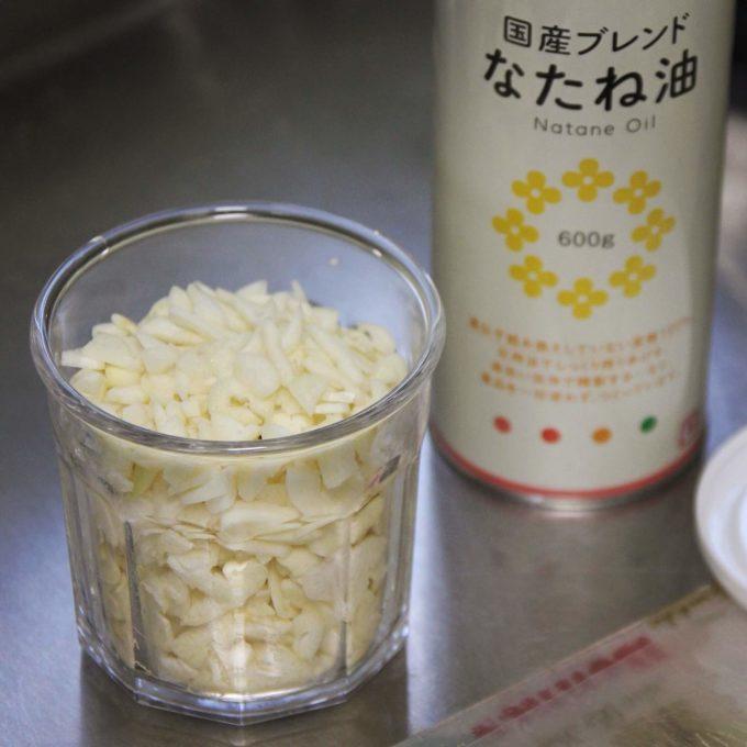 ニンニクは下ごしらえして菜種油につけておくとすぐに使えて超便利